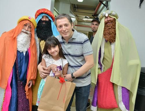 Fernando Gray entregó juguetes a niños en el Hospital Santamarina