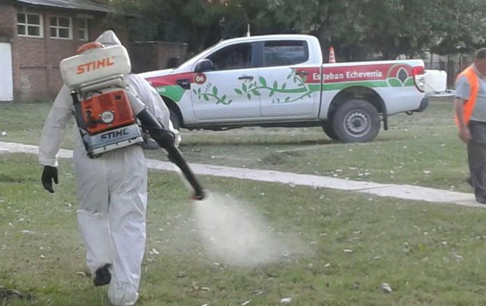 El Municipio de Esteban Echeverría continúa con las tareas de fumigación ambiental en distintas zonas del distrito, como es el caso de la cuadrícula delimitada por Av. Ing. Huergo, Maipú, La Santa María, y República de Perú, en 9 de Abril; y en el Campo de Deportes Santa María, en El Jagüel.
