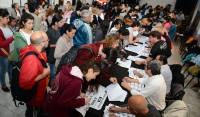 Durante el primer día de inscripción, más de 3000 personas se anotaron en los distintos talleres gratuitos que brinda la Escuela municipal de Artes y Oficios, que desarrolla la entrega de cupos curriculares en el Galpón de la Estación, ubicado en Máximo Paz 146, de 10 a 17.