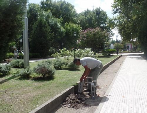 El Municipio realiza tareas de mantenimiento en la Plaza Mitre de Monte Grande