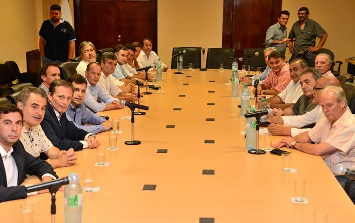 El Intendente de Esteban Echeverría, Fernando Gray, mantuvo hoy una reunión en la Confederación General del trabajo (CGT), junto a la cúpula de la central obrera, y distintos jefes comunales, con quienes dialogó sobre la