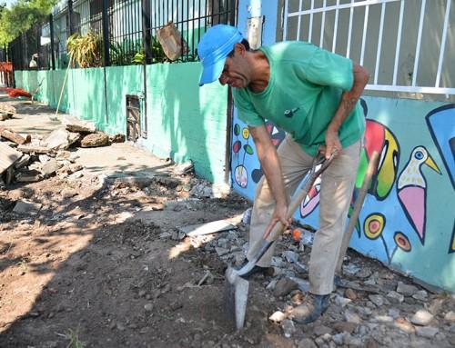 Renuevan veredas en Escuela Primaria 19 en Luis Guillón y Jardín 935 en Monte Grande