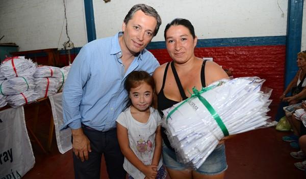 Con el objetivo puesto en que los chicos de Esteban Echeverría cuenten con la indumentaria necesaria para iniciar el ciclo lectivo, el Intendente Dr. Fernando Gray, entregó más de 2500 guardapolvos, en la Casa del Niño y en el Centro de Residentes Chilenos, en Monte Grande.