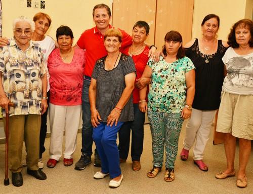 Fernando Gray junto a jubilados, en el Centro Integrador Comunitario