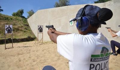 Más de 200 agentes policiales del Municipio de Esteban Echeverría, continúan con la capacitación en Tiro Táctico, con entrenamiento y prácticas de destreza, en el nuevo polígono de tiro del distrito.