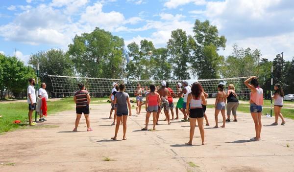 Más de 50 jóvenes pertenecientes al Programa Envión, participaron de una jornada recreativa con actividades al aire libre, en el campo de deportes Santa María, en El Jagüel.