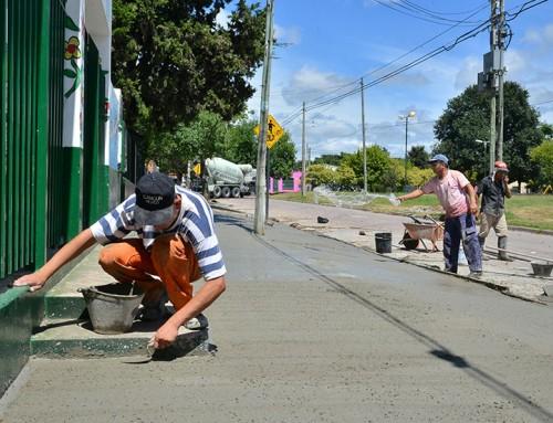 Avanzan las obras en veredas de Escuela Primaria y Jardín de Monte Grande