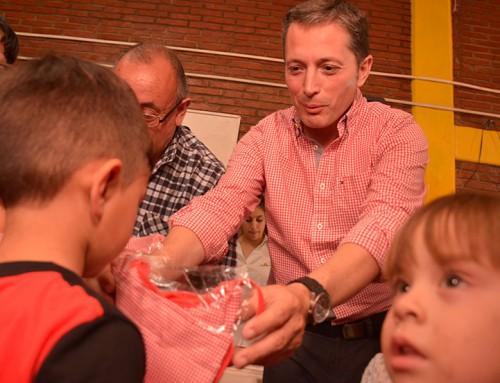 Fernando Gray entregó indumentaria escolar en Casa del Niño de 9 de Abril
