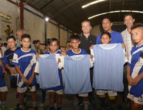 Fernando Gray entregó indumentaria deportiva a clubes echeverrianos