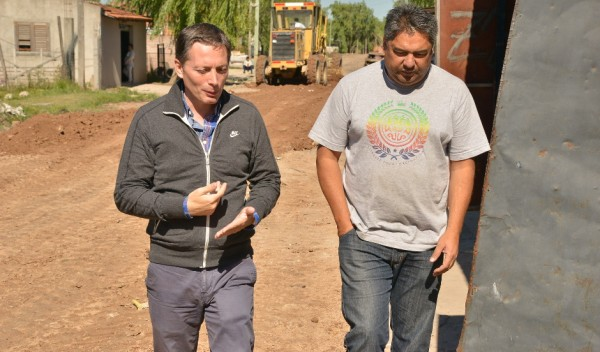 El intendente de Esteban Echeverría, Dr. Fernando Gray, recorrió hoy las obras de motonivelado y zanjeo que se ejecutan en el Barrio 9 de Enero, en 9 de Abril.