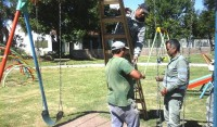 El Municipio de Esteban Echeverría avanza con las tareas de mantenimiento y restauración en cinco plazas del distrito, en continuidad con el Plan Integral de Refacción de Espacios Públicos.