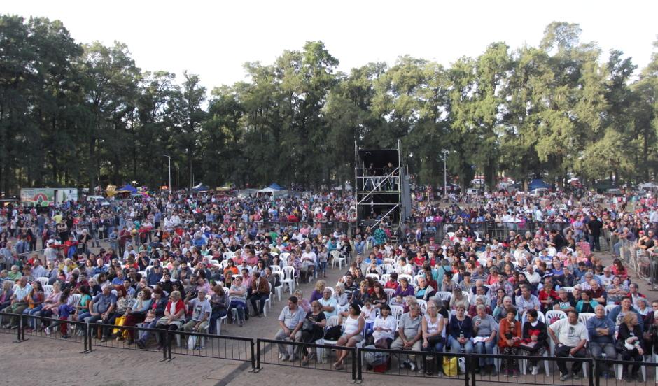 Con la presencia de más de 15 mil personas, el Intendente de Esteban Echeverría, Dr. Fernando Gray, acompañó el cierre musical de Anabella Zoch y Víctor Heredia en Campo de Amat, en el marco del 104° aniversario del distrito y del 15° Encuentro de Centros Tradicionalistas.