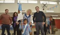El Intendente de Esteban Echeverría, Dr. Fernando Gray, entregó hoy indumentaria a más de 300 chicos del nuevo Jardín de Infantes 937, ubicado en el Plan Federal de Viviendas, en Recarte 2320, Monte Grande, en donde además otorgó más de 200 libros para la institución.