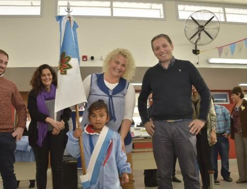 Fernando Gray entregó indumentaria a más de 300 chicos del nuevo jardín 937 del barrio Plan Federal