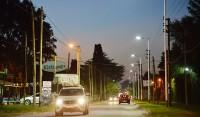 El Municipio de Esteban Echeverría avanza con la colocación de más de 200 luminarias led, dobles y triples, en Canning, en continuidad con los trabajos que se ejecutan en distintos puntos del distrito para reforzar la seguridad y cuidar a los vecinos.