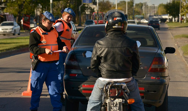 Agentes del Municipio de Esteban Echeverría, realizaron hoy diversos operativos de control vial en las localidades de Canning y Luis Guillón, gracias a los cuales se secuestran al menos 15 vehículos por semana.