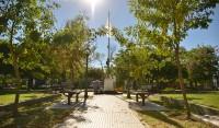 El Municipio de Esteban Echeverría renueva la Plaza Juan de Garay, en L. de La Torre y Madariaga, Luis Guillón, en continuidad con la recuperación de espacios verdes que realiza el Gobierno Municipal en todo el distrito.