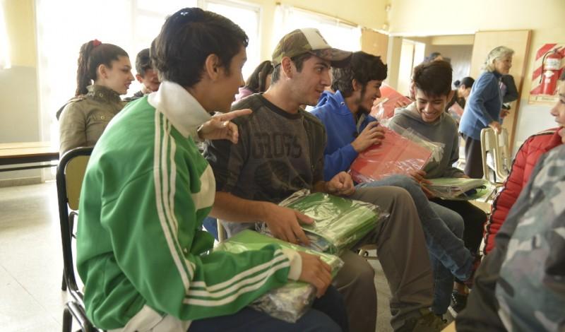 El Municipio de Esteban Echeverría entregó hoy más de 130 kits de útiles escolares de primaria y secundaria, destinados a 75 familias del distrito, en continuidad con las actividades que realiza el Gobierno Municipal para fomentar la educación.