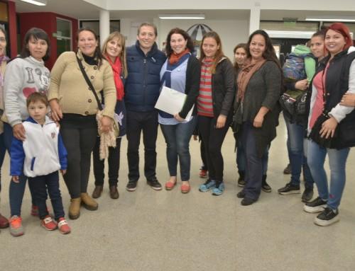 Fernando Gray entregó subsidio para Jardin 936 del barrio La Victoria