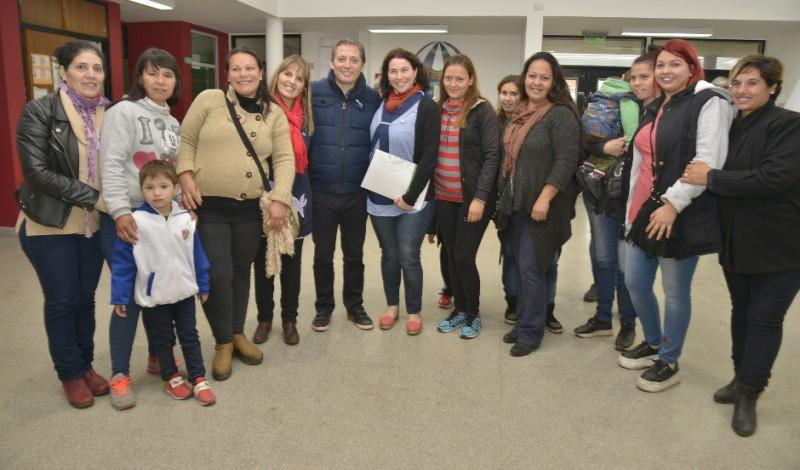 El Intendente de Esteban Echeverría, Dr. Fernando Gray, recorrió hoy el Jardín 936, en el Barrio La Victoria, Monte Grande, en donde entregó un subsidio para la para la institución a la que asisten más de 200 chicos de entre 3 y 5 años.