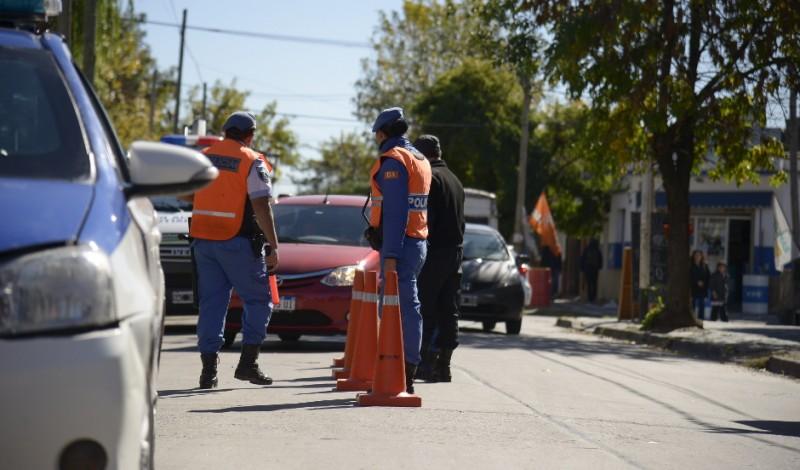 El Municipio de Esteban Echeverría extiende los controles de tránsito en puntos estratégicos del distrito, a partir de los cuales se secuestran 15 vehículos por semana que no tienen la documentación correspondiente, o no cumplen con las normas de tránsito vigentes.