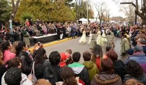 El Municipio de Esteban Echeverría invita a los vecinos a participar de la tradicional jornada en conmemoración al 207° Aniversario de la Revolución de Mayo, que se llevará a cabo este jueves 25, a partir de las 9, en la plaza ubicada en J. A. Varisco y Almafuerte, Luis Guillón.