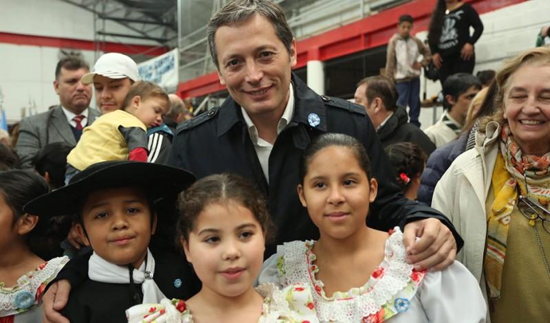 El Intendente de Esteban Echeverría, Fernando Gray, celebró hoy el Día de la Patria, junto a más de mil vecinos de Luis Guillón, en la Unión Vecinal de esa localidad, en el marco del 207 aniversario de la Revolución de Mayo.