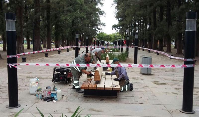 En continuidad con el Plan Integral de Refacción de Espacios Públicos, el Municipio de Esteban Echeverría realizó tareas de mantenimiento en Paseo Amat, delimitado por las calles Alvear, Moreno, Amat, y Belgrano, en Monte Grande.