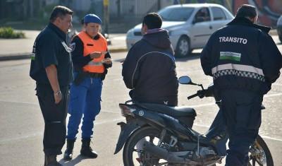 El Municipio de Esteban Echeverría desarrolla controles con grúa en todas las localidades del distrito, a partir de los cuales se remolcan más de 20 vehículos por semana que estacionan indebidamente frente a zonas de caudales, rampas de discapacitados y garajes.