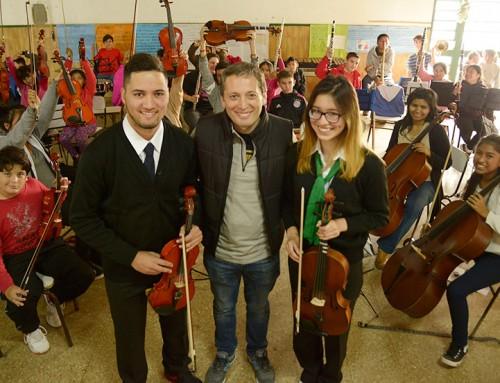 Fernando Gray entregó indumentaria a más de 200 chicos de orquestas juveniles