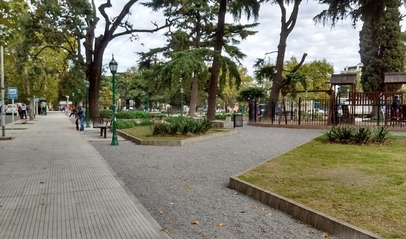 El Municipio de Esteban Echeverría continúa con el Plan de Refacción y Mejoras Urbanísticas, que se lleva a cabo en paralelo en las plazas Los Fundadores y Santamarina, frente a la Estación de Monte Grande.