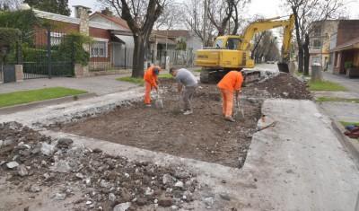 Con el objetivo de conservar la infraestructura urbana y mejorar el tránsito en las principales arterias del distrito, el Municipio de Esteban Echeverría continúan con el Plan Integral de Bacheo en Colón y Berasain, y Colón y Pedro Dreyer, Monte Grande.