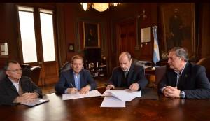 El Intendente de Esteban Echeverría, Fernando Gray, rubricó un convenio conjunto con la Universidad Nacional de La Plata, en función de ejecutar estudios, inventarios y diagnósticos en todo el Partido, para evaluar la reducción del riesgo de inundaciones en el distrito, en el marco de un Programa de Desarrollo Integral.