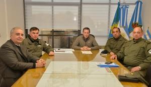 El Intendente de Esteban Echeverría, Fernando Gray, se reunió hoy con personal de Gendarmería Nacional para planificar la instalación de nuevas unidades especiales, que agruparán efectivos, en virtud de sus especialidades, y permitirán reforzar la seguridad en todo el distrito.