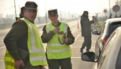 Efectivos de Gendarmería Nacional, desarrollan controles vehiculares sobre la Ruta 205, frente a la Estación ferroviaria de El Jagüel, en continuidad con las tareas de prevención que realizan los 150 gendarmes que se encuentran desplegados en todo el distrito, y que se suman a los más de 700 agentes de la Policía Local, y 200 de Guardia Urbana, que patrullan las calles de forma periódica.