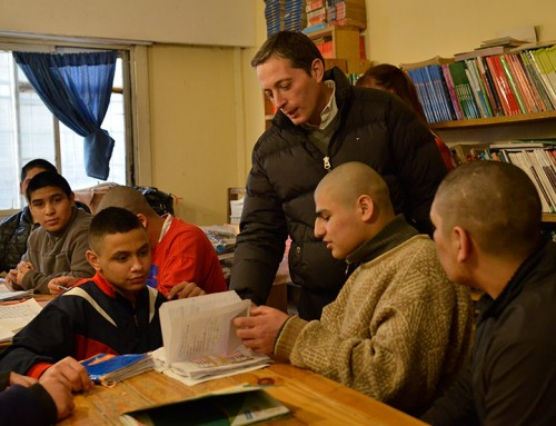 Fernando Gray entregó más de mil kits de útiles escolares