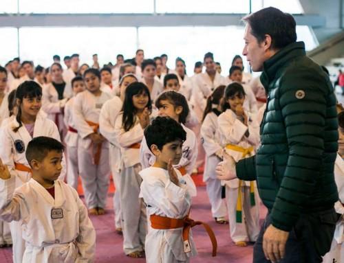 Fernando Gray junto a jóvenes en jornadas deportivas