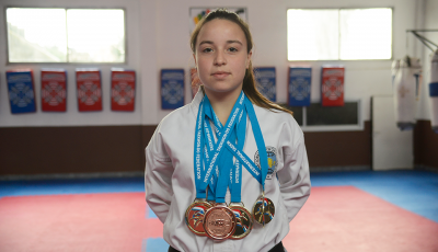 """El intendente de Esteban Echeverría, Fernando Gray, junto a su esposa Magui Gray, destacaron el """"desempeño y trabajo permanente"""" de la Taekwondista echeverriana Martina Sánchez, ganadora de 5 medallas en el Mundial de Taekwondo, realizado en Inglaterra."""