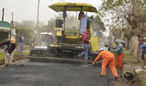 Continúa el Plan Integral de Mejorado Asfáltico, que lleva adelante el Municipio de Esteban Echeverría, que alcanzó las 160 cuadras asfaltadas, de las 400 totales que abarca el proyecto.