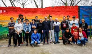 """El Intendente de Esteban Echeverría, Fernando Gray, compartió una jornada con el equipo de muralistas del distrito, a quienes entregó materiales para su nuevo proyecto denominado """"Museo a cielo abierto""""."""