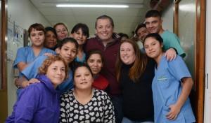 El Intendente de Esteban Echeverría, Fernando Gray, junto a su esposa y candidata a concejal por Unidad Ciudadana, Magui Gray, repartieron hoy juguetes a bebés y chicos que se encuentran en el Hospital Santamarina, con motivo del Mes del Niño.