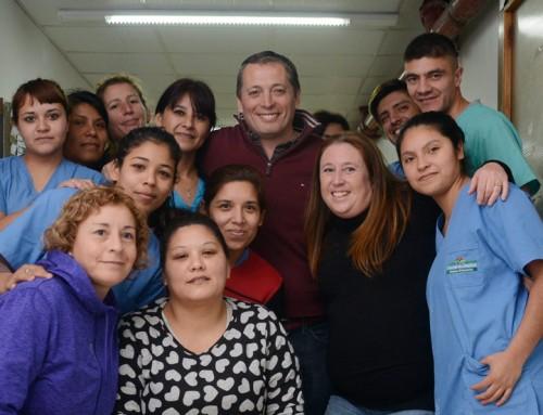 Fernando y Magui Gray entregaron juguetes a niños en Hospital Santamarina
