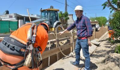 El Intendente de Esteban Echeverría, Fernando Gray, recorrió hoy la obra de cloacas que atraviesa El Jagüel, que brindará cobertura total a toda la localidad e incorporará a más de 20 mil vecinos a la red.