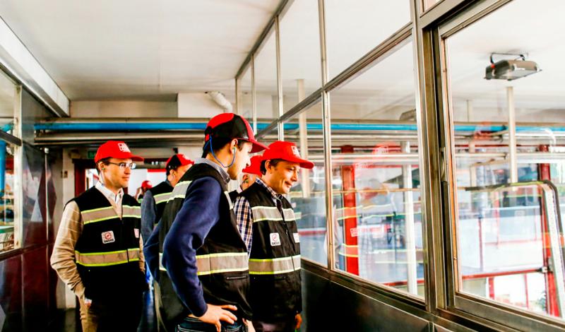 """El Intendente de Esteban Echeverría, Fernando Gray, recorrió hoy la planta de Coca-Cola, en Monte Grande, oportunidad en la que afirmó que el Municipio """"se está posicionando como líder en logística y distribución, gracias a los trabajos de infraestructura que se están haciendo en todo el distrito""""."""