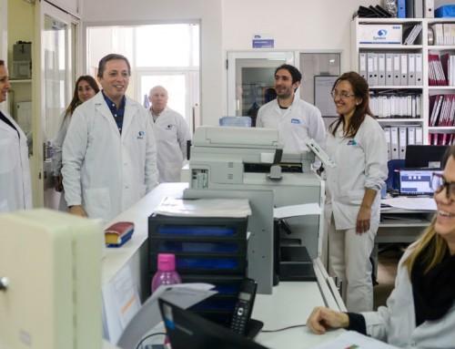 Fernando Gray junto a trabajadores de empresa Syntex