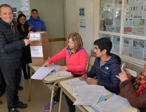 Fernando y Magui Gray votaron en escuela n° 15 en Canning
