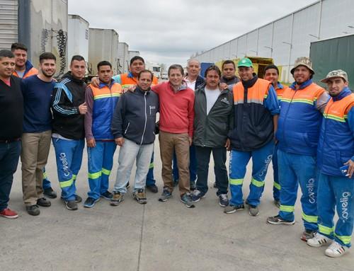 Fernando Gray junto a trabajadores en Centro Logístico Esteban Echeverría