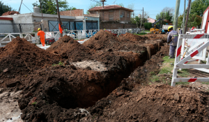 Se trata de la construcción de un nuevo colector cloacal primario, que beneficiará a vecinos de Luis Guillón, en continuidad con las obras ejecutadas por el Municipio de Esteban Echeverría, a través de las cuales se proyecta alcanzar el 90 por ciento de cobertura para el próximo año.