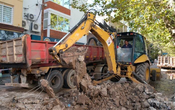 El Municipio de Esteban Echeverría avanza con la segunda etapa del Plan Integral de Mejoramiento Asfáltico, que implica la pavimentación de 400 cuadras, de las cuales ya se realizaron más de 300 entre todas las localidades del distrito.