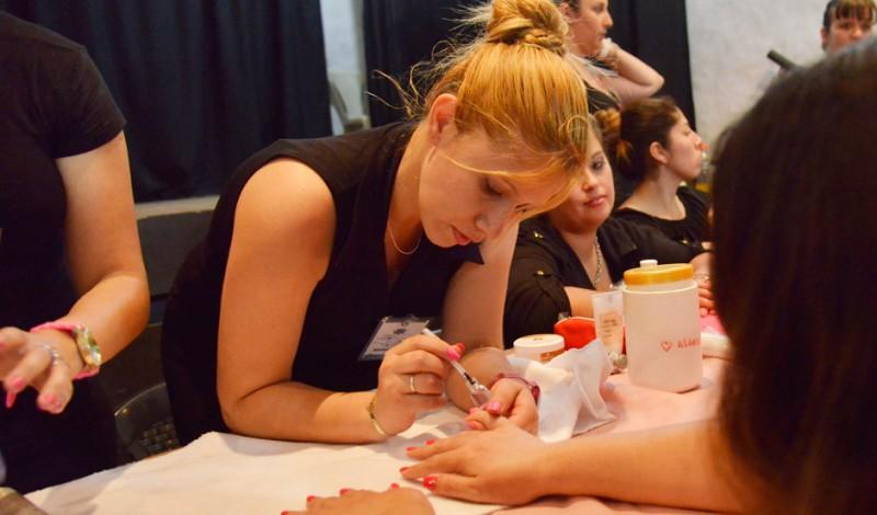Cientos de vecinos del distrito participaron de la segunda muestra anual de Estética de la Escuela Municipal de Artes y Oficios, que se realizó en el Galpón de la Estación, y que contó con talleres de Manicuría, Maquillaje Social, Peinado, entre otros cursos.